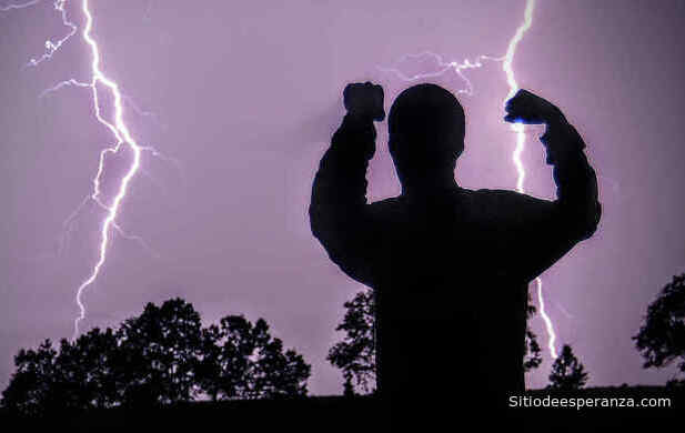 Hombre enfrentando  la tormenta