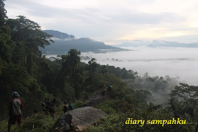 Mengulas tentang pertualangan alam hutan borneo kalimantan mengenai air terjun terindah yang ada di kalbar yaitu air terjun terinting atau rombo terintik