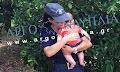 Αστυνομικός στο Ναύπλιο ηρεμεί μωρό έπειτα από τροχαίο (φωτο - βιντεο)