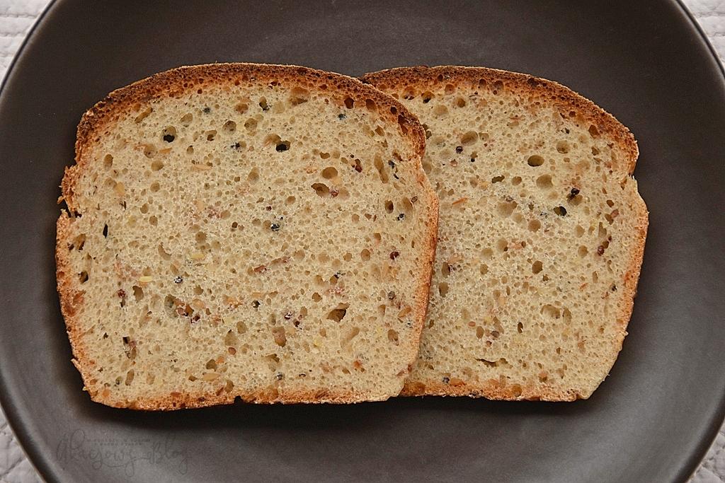 Chleb pszenno - orkiszowy z siemieniem lnianym.