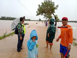 Babinsa Tinjau Lokasi Banjir Di Wilayah Binaan Desa Clering