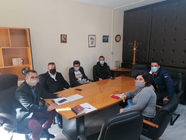 Με τον Πρόεδρο κ. Πολύκαρπο Χαλκίδη και μέλη της Νέας Ένωσης Ξενοδόχων Π.Ε. Πρέβεζας συναντήθηκε ο Δήμαρχος Πάργας κ. Ζαχαριας. Η συνάντηση πραγματοποιήθηκε σε ένα πολύ καλό κλίμα συνεργασίας, τέθηκαν όλα τα ζητήματα προς συζήτηση και επίλυση επισφραγίζοντας την ήδη άριστη συνεργασία μεταξύ του Δήμου και της Ένωσης. Ο κ. Χαλκίδης συγκεκριμένα ανέφερε τα προβλήματα του κλάδου, με ιδιαίτερη έμφαση σε θέματα υποδομών και υπηρεσιών που προσφέρει ο Δήμος στις Τοπικές Κοινότητες του παραλιακού τόξου, ζητήματα τουριστικής προβολής της περιοχής, καθώς και την θεσμική εκπροσώπηση της Ένωσης στα όργανα του Δήμου.
