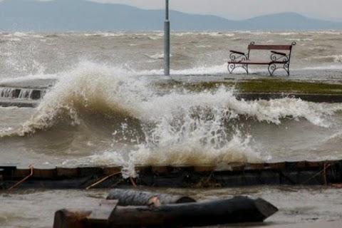 Megbillent a Balaton víztükre a vihar miatt