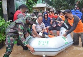 Poskonya Dibubarkan, Perahu Karet FPI Dipakai untuk Evakuasi Korban Banjir, Netizen: Engga Malu?