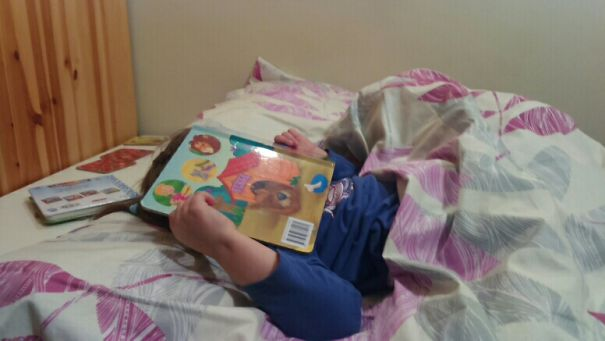 15+ Hilarious Pics That Prove Kids Can Sleep Anywhere - I Love Books So Much :-)