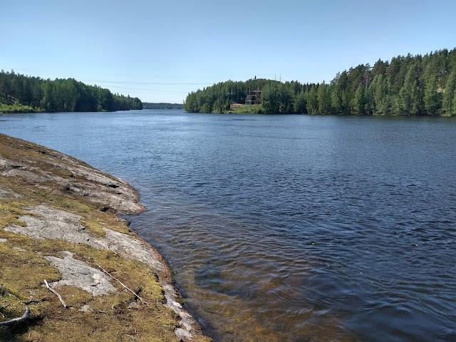 Kymijoki ja kalliot Mankalan voimalaitoksen yläpuolella..