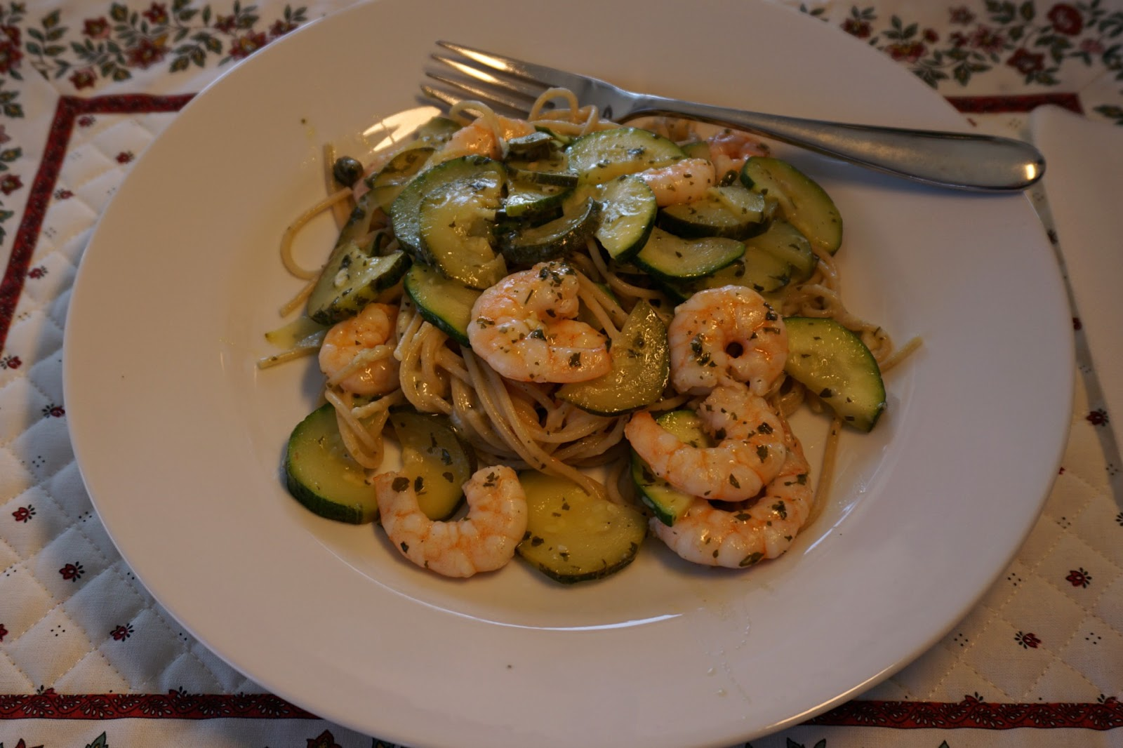 Spaghetti with zucchini, shrimps and capers