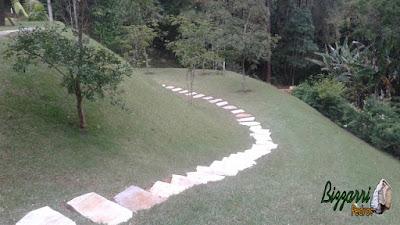 Execução do caminho de pedra no jardim com pedra cacão de São Tomé branca e as escadas também com a pedra São Tomé tipo cacão no jardim.