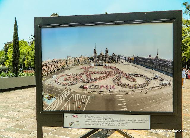 Exposição de fotografias sobre a Cidade do México no Bosque de Chapultepec