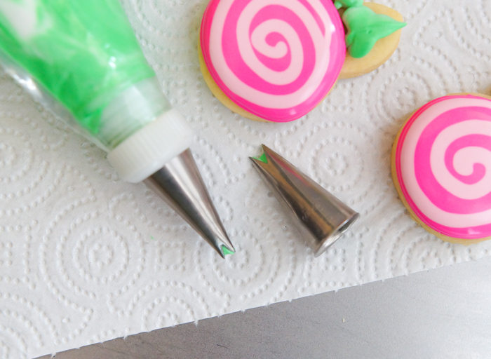 how to use a leaf icing tip