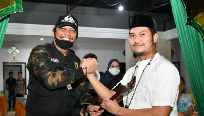 Simbol Amanah, Tokoh Pemuda Bone Beri Hadiah Keris ke Bupati ASA