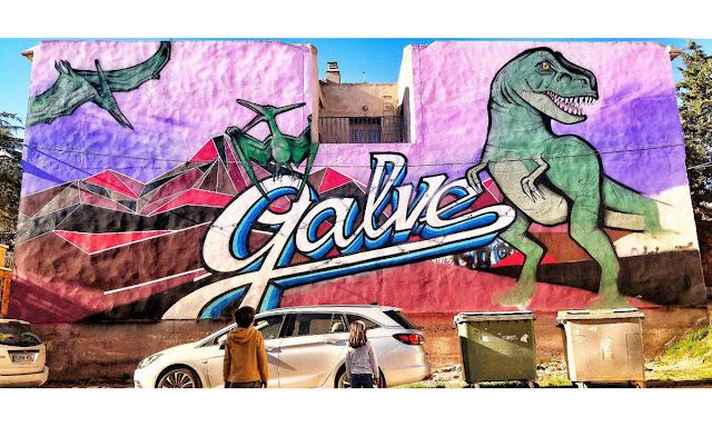 Graffiti en Galve, con el nombre del pueblo y varios dinosaurios.