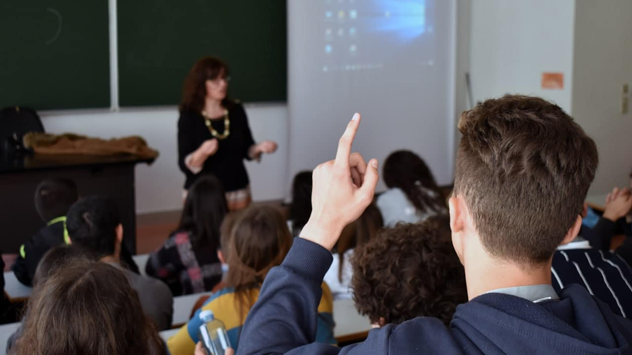 Enquete no Facebook questiona sobre retorno das aulas agora ou só em 2021