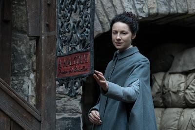 Claire llega a la puerta de la imprenta de Jamie en el 3x05 de Outlander
