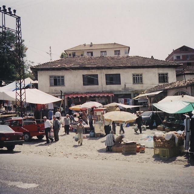 İğdir Köyünün Perşembe Pazarının olduğu gün çekilen eski bir fotoğrafı. Yıl kaç bilinmiyor. Kastamonu, Araç, İğdir Köyü