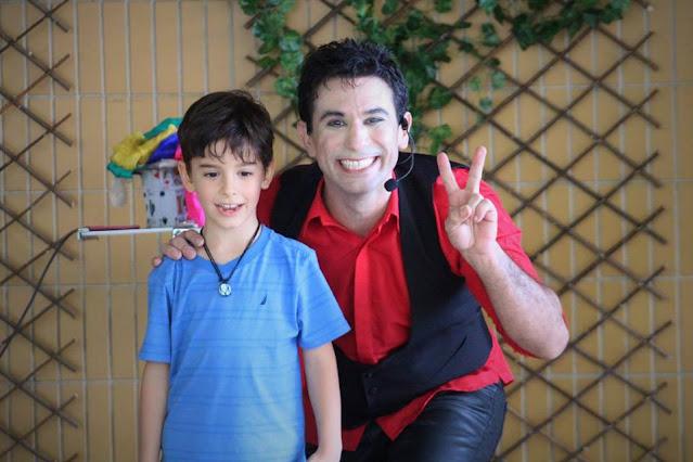 Magico de Humor e Circo se apresentando em evento de semana das crianças em colegio.