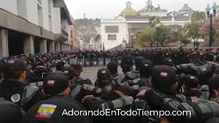 Policías de Ecuador oran a Dios ante las fuertes protestas en el país