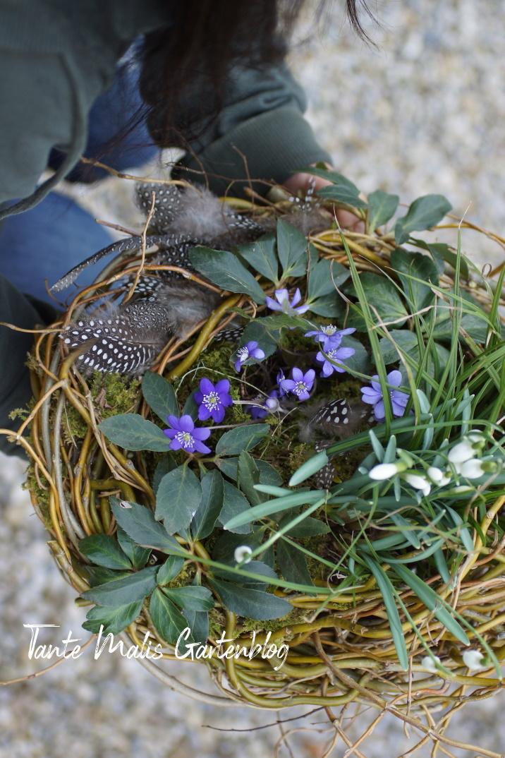 Bepflanzte Schale mit Schneeglöckchen und Leberblümchen