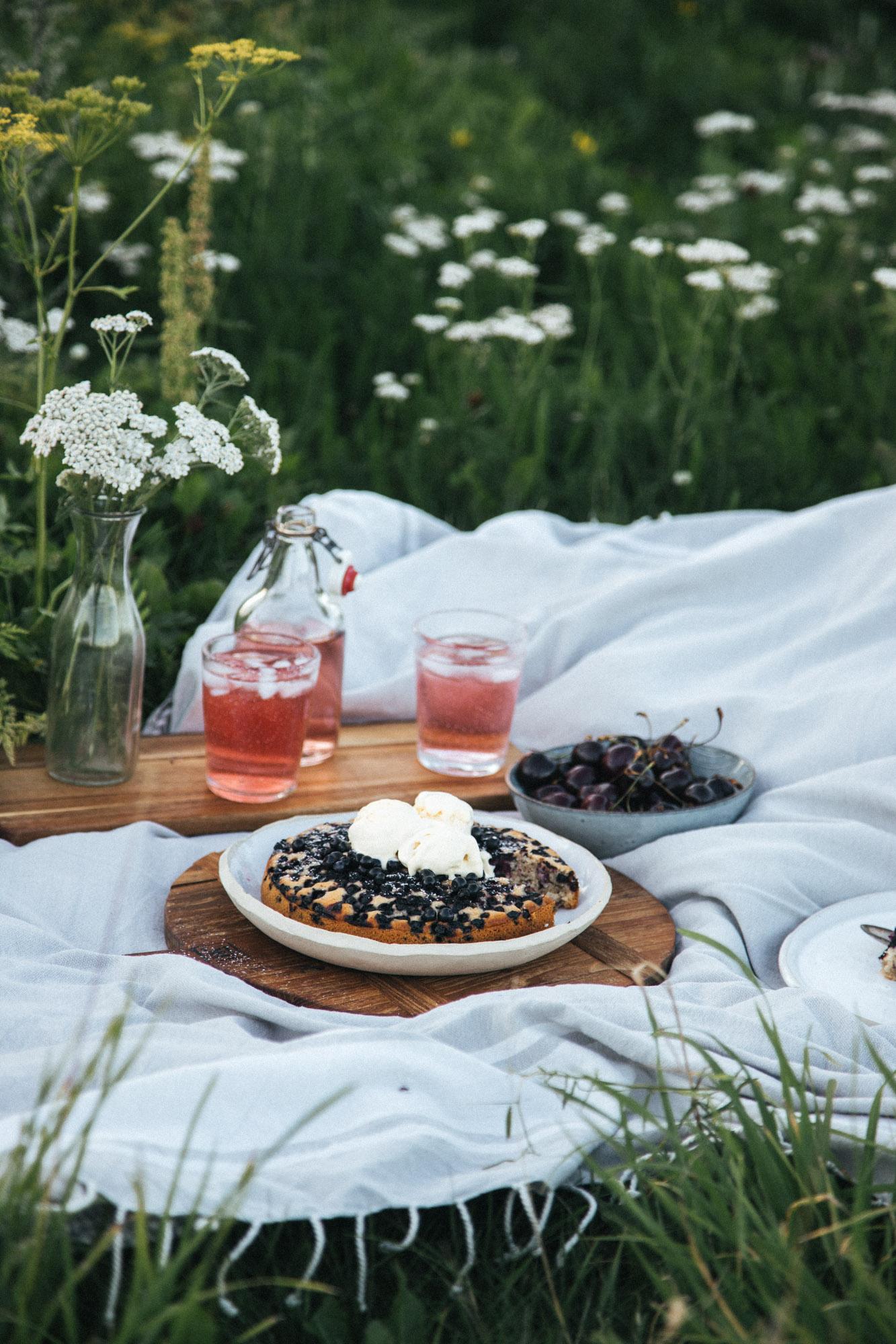 piknik kattaus, laseissa mehua ja piirakka lautasella