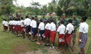 TNI Bagikan Ratusan Buku Tulis Kepada Anak-Anak Di Perbatasan Papua