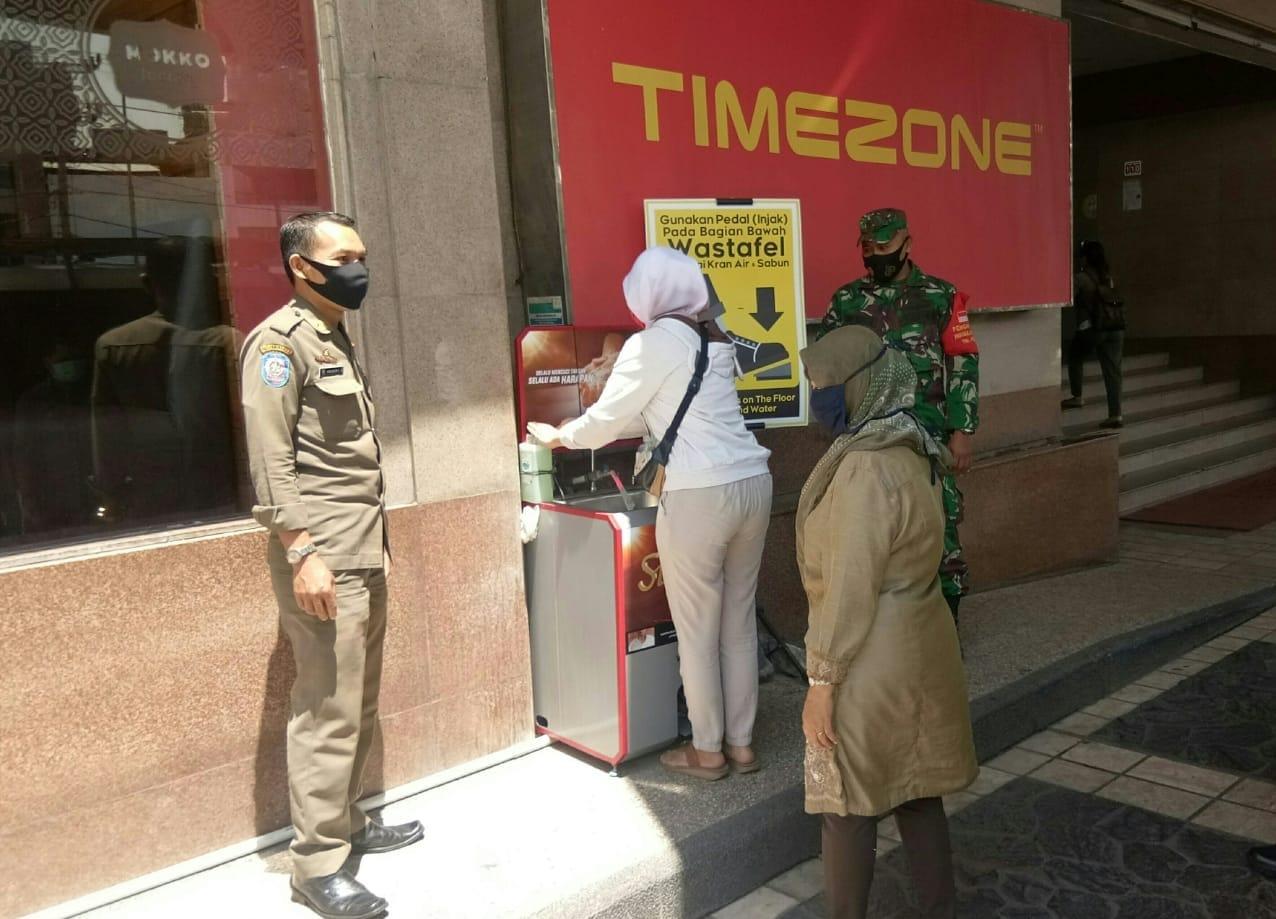 Babinsa jajaran Kodim 0410/KBL melakukan upaya Pencegahan terhadap penyebaran dan penularan virus Corona di pusat perbelanjaan Mall Kartini