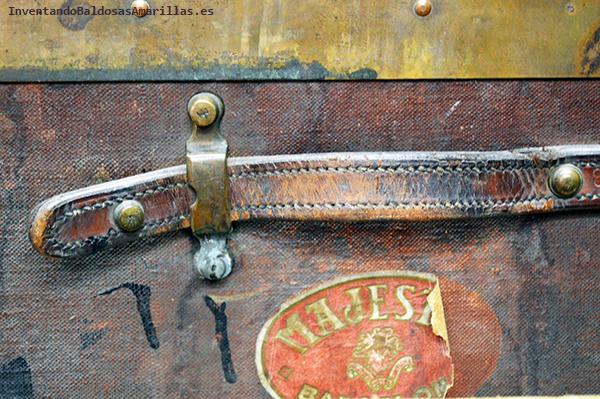Pieza de cuero con detalles metálicos