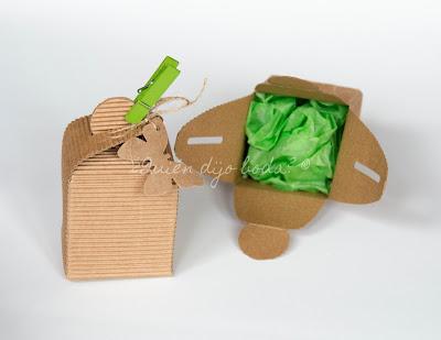 Caja de papel kraft con papel de seda para proteger el regalo y detalle de etiqueta de mariposas y pinza de madera