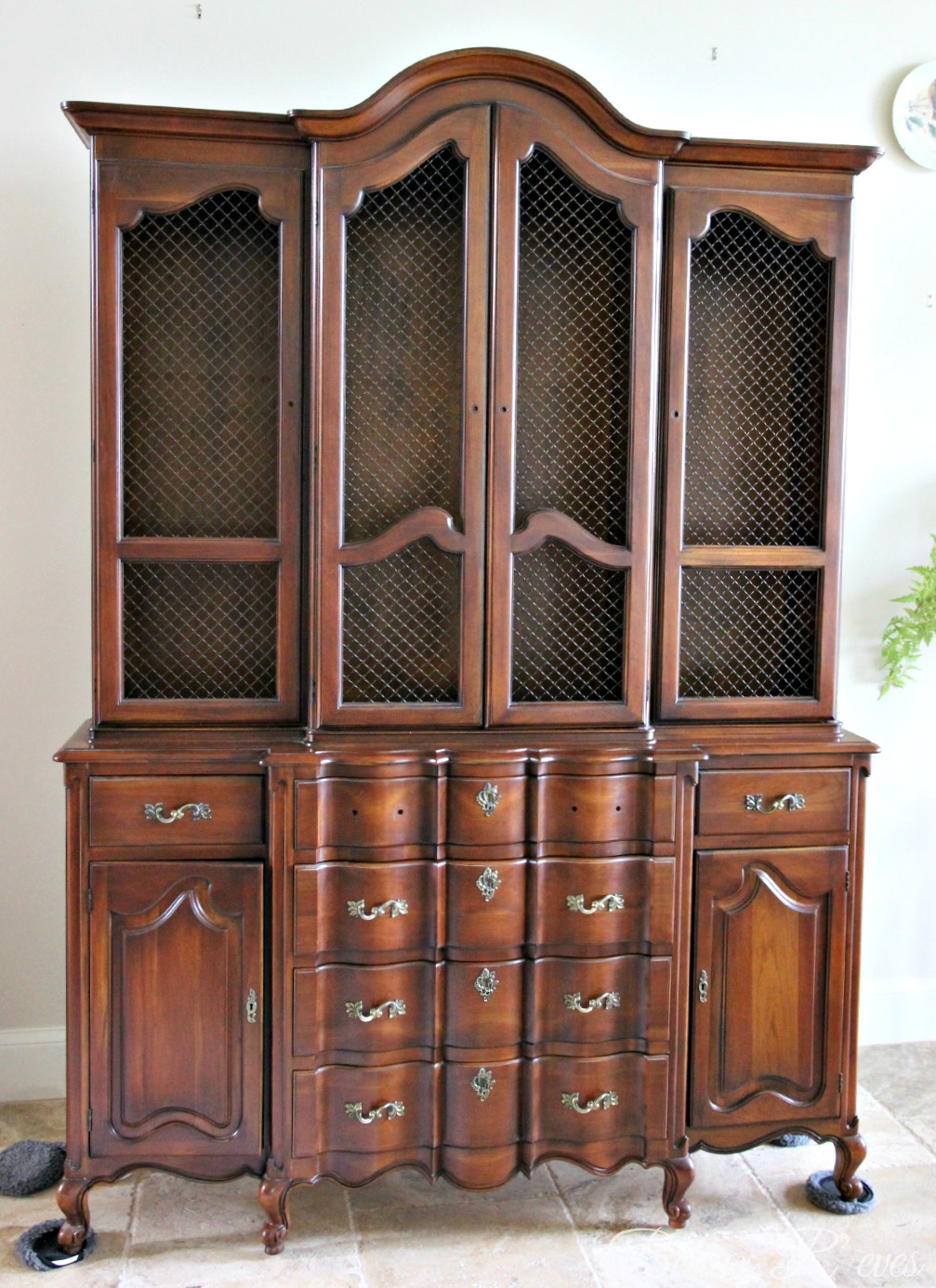 Beaux R'eves: China Hutch for the Living Room