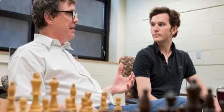 A gauche, Zach Hambrick, professeur de psychologie de l'Université du Michigan, et Alexander Burgoyne, son étudiant diplômé discutent de la corrélation entre le niveau aux échecs et l'intelligence - Photo © G.L. Kohuth