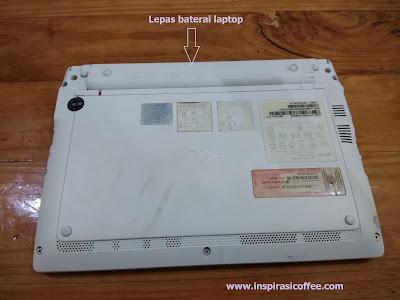melepas baterai laptop acer aspire one