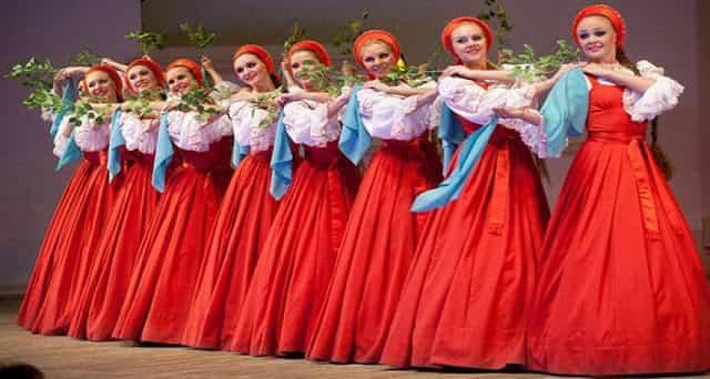 Μοναδικό: Ο Παραδοσιακός Χορός Με Τις… Αιωρούμενες Ρωσίδες (Vid)