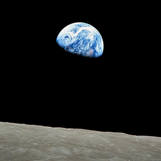 1968年12月24日に撮影された「地球の出」File:NASA-Apollo8-Dec24-Earthrise.jpg
