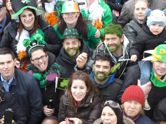 Gente pintada de verde. Desfile de San Patricio en Dublín