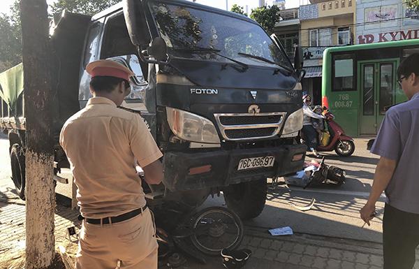 Quảng Ngãi: Ô tô chở cát mất thắng tông vào nhiều mô tô, xe máy