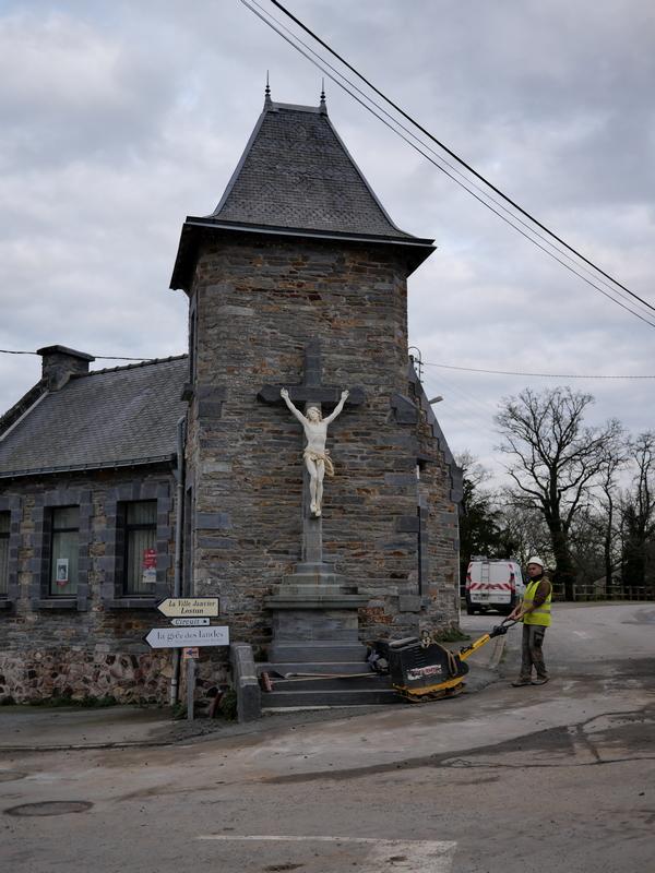 Le nom de la commune en breton est Kornon, liée au monastère qui lui a donné son nom