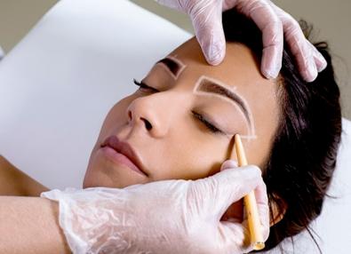 A sobrancelha de henna é um dos procedimentos mais procurados pelas mulheres brasileiras.