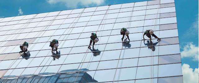 Quy trình lau kính nhà cao tầng bằng thiết bị đu dây