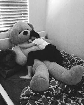 Foto tumblr durmiendo con oso de peluche