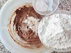 preparare reteta fursecuri cu cafea - incorporam faina si praful de copt