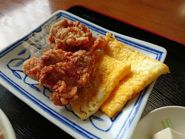 チキン唐揚と玉子焼きの写真