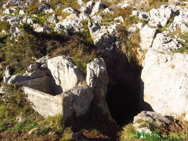 Bebedero y cueva en Pregüeles