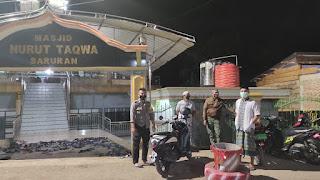 Briptu Sadlydar Melaksanakan Pengamanan Sholat Tarawih Di Masjid Nurut Taqwa Saruran