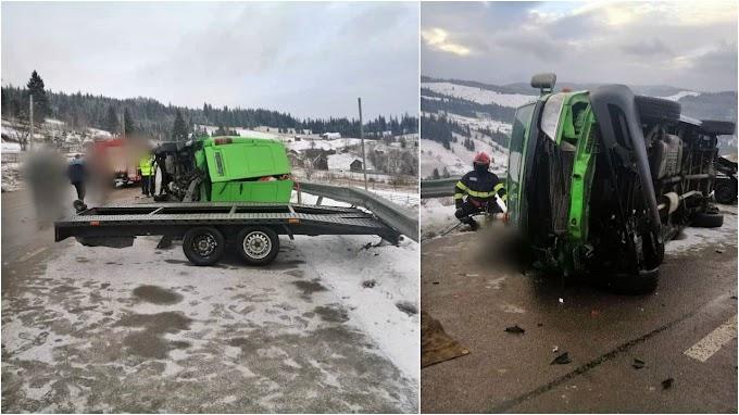 Accident mortal în Pasul Mestecăniș: Două persoane au murit strivite sub un microbuz și două au fost rănite