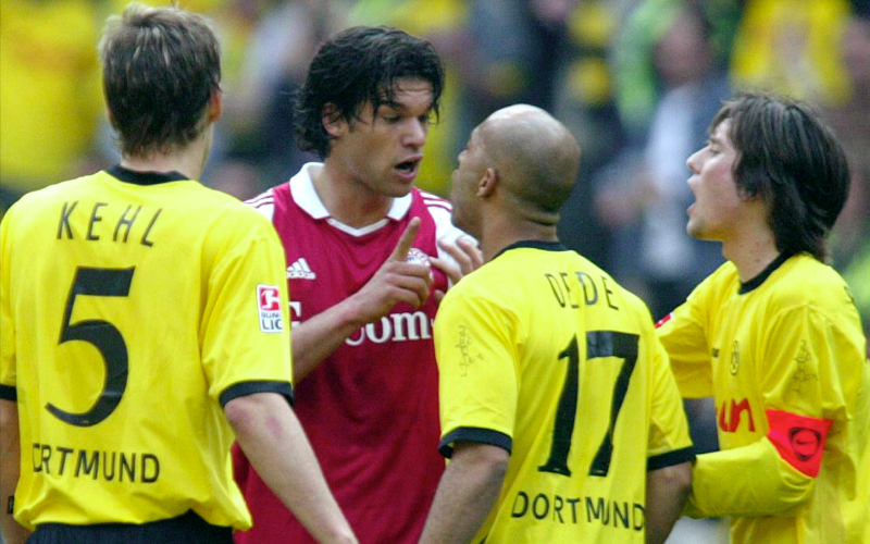 O lateral brasileiro Dedê discute com Michael Ballack em um clássico em 2004 (Getty)