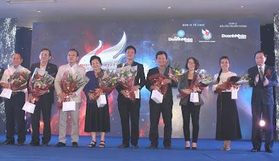 Nhận hoa nhân ngày doanh nhân Việt Nam