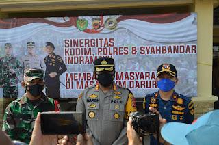 UPP Indramayu - Polres dan Kodim Kolaborasi Bagikan Bansos Pada Warga Terdampak PPKM Darurat