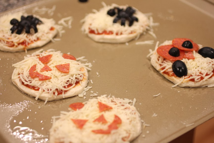 Halloween Mini Pizzas - Repeat Crafter Me