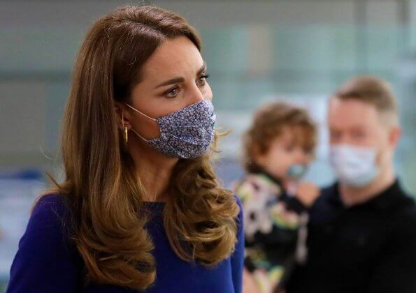 Kate Middleton wore a navy blue dress by Emilia Wickstead, and a gold alia earrings by Spells of Love, and a mask in blue pepper by Amaiakids