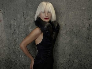 Tori Amos con el vestido diseñado por Hussein Chalayan para su álbum American Doll Posse.