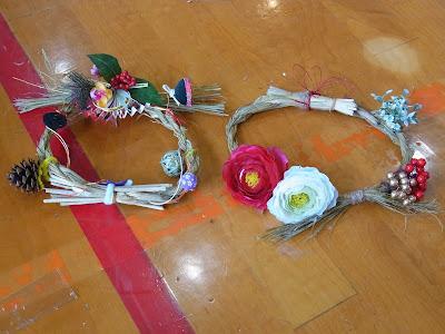 造花などで華やかに飾った2つの輪じめ(輪飾り)の様子